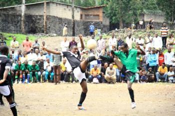 FONDATION PRINCE MUNDENGA LORS D'UNE FINALE DE FOOTBALL A NGANGI